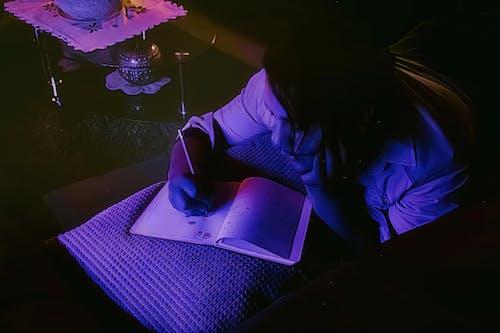 คลังภาพถ่ายฟรี ของ กระดาษเขียน, กลางคืน, คน