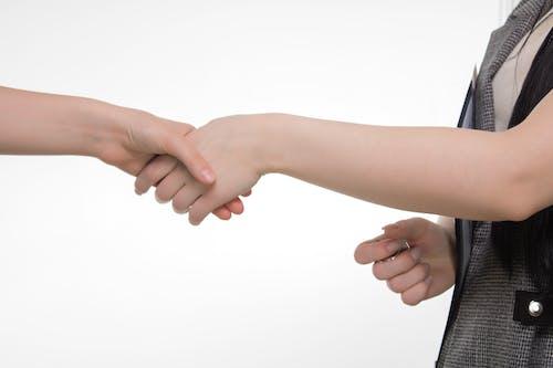 Fotos de stock gratuitas de acuerdo, apretón de manos, brazos