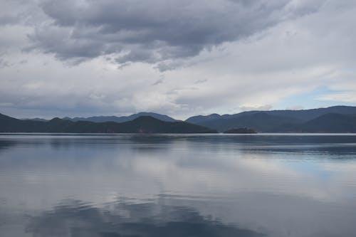 水域近くの山々の写真