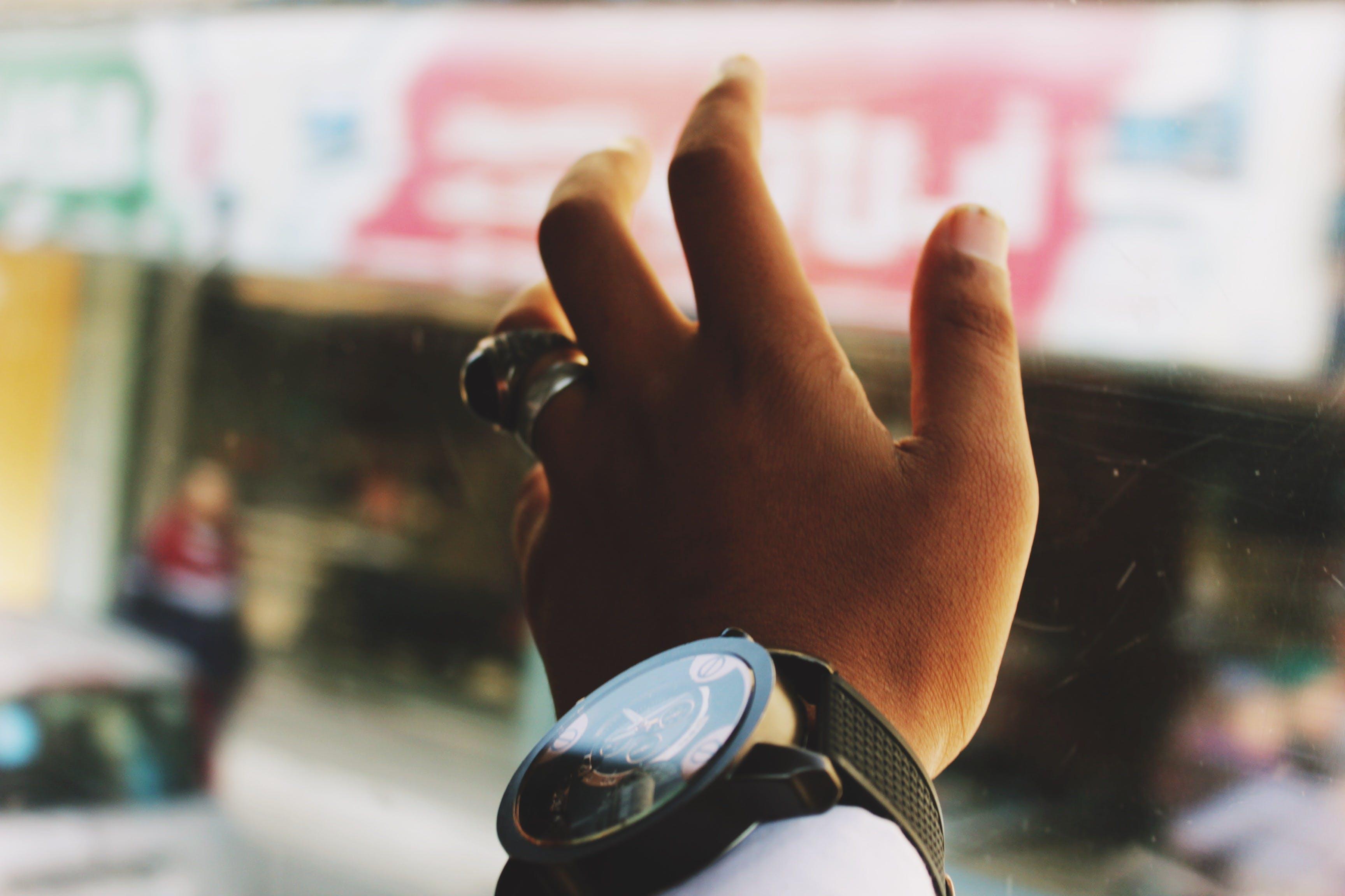 Základová fotografie zdarma na téma hloubka ostrosti, náramkové hodinky, nosit, osoba