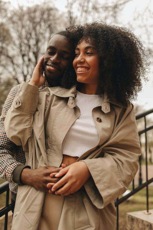 Foto profissional grátis de abraçando, agradável, alegre