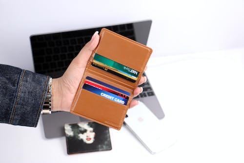 Бесплатное стоковое фото с бумажник, держатель, держать