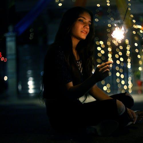 Foto profissional grátis de à noite, atraente, bonita