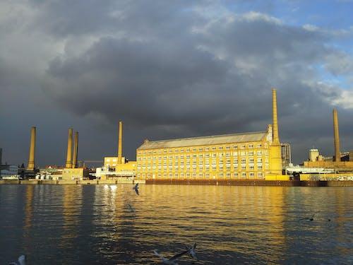 Fotos de stock gratuitas de cielo nublado, edificio industrial, estructura de hormigón