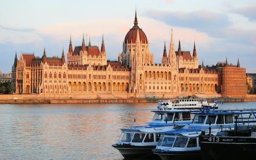 Бесплатное стоковое фото с архитектура, вода, водный транспорт, городской