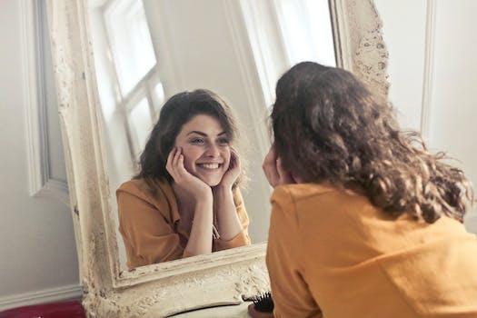 Foto de mujer mirando el espejo