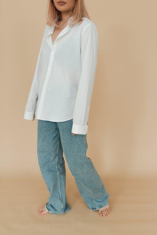 Man In Wit Overhemd En Blauwe Spijkerbroek