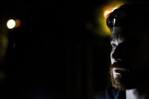Foto profissional grátis de escuro, homem, iluminado por trás, leve