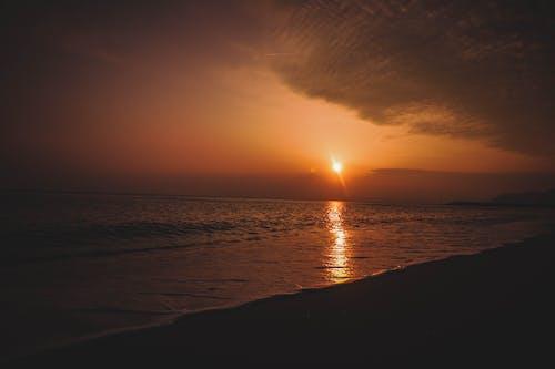 arkadan aydınlatılmış, dalgalar, deniz, deniz kıyısı içeren Ücretsiz stok fotoğraf