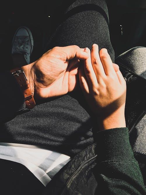 Gratis stockfoto met fashion, handen, handen vasthouden, leren armband