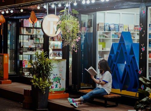 alışveriş yapmak, butik, dükkan, iskemle içeren Ücretsiz stok fotoğraf