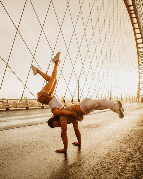 açık hava, adam, akrobatik içeren Ücretsiz stok fotoğraf
