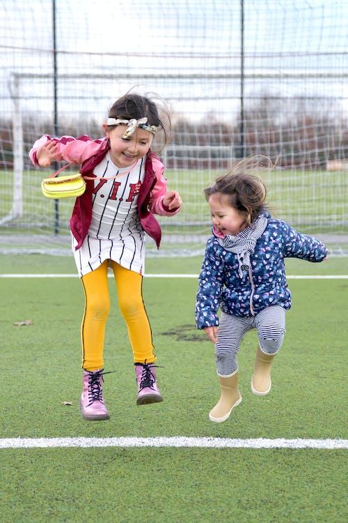 Fotos de stock gratuitas de alegre, campo de fútbol, chavalas