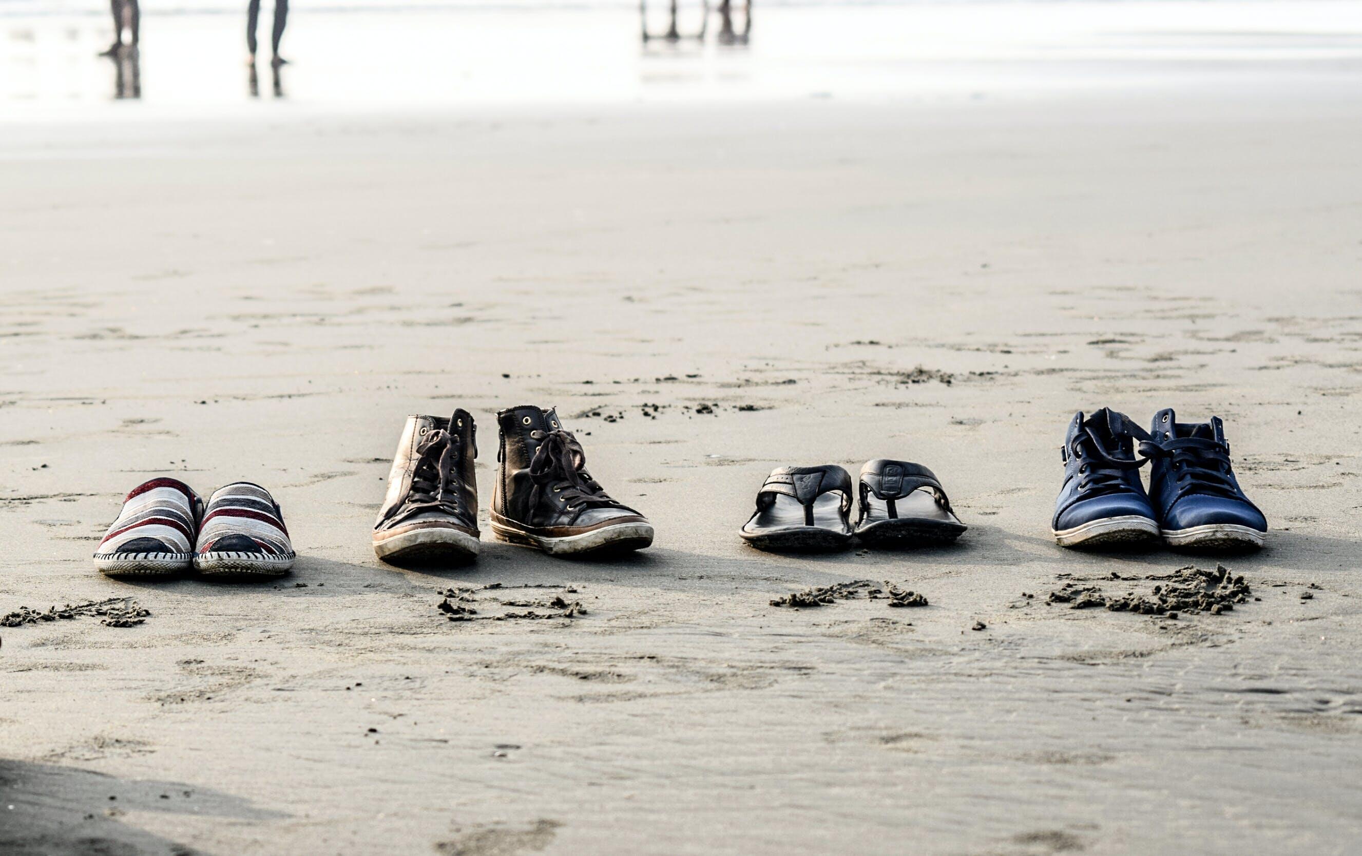 Foto profissional grátis de água, areia, beira-mar, calçados