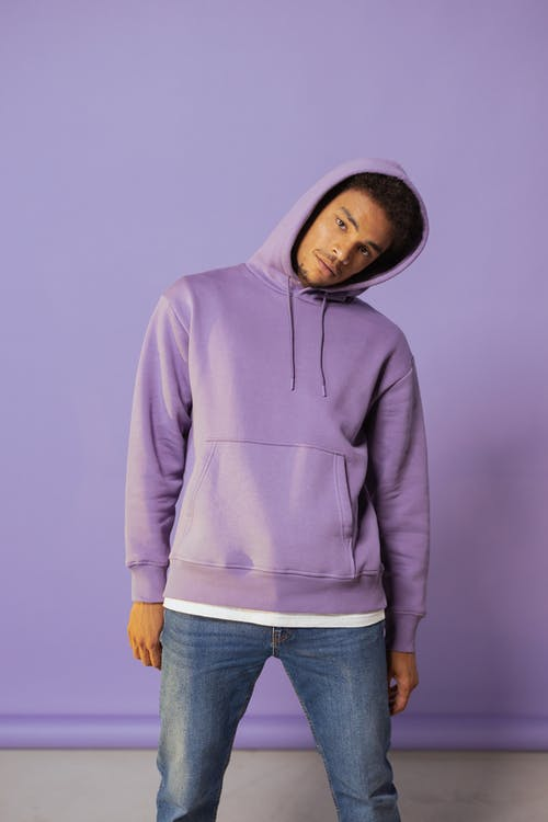 Foto stok gratis bergaya, berpose, hoodie ungu