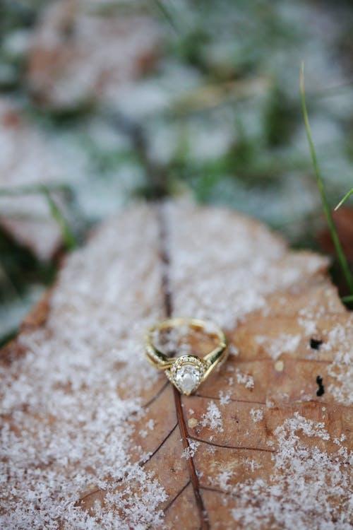 Бесплатное стоковое фото с глубина резкости, драгоценности, кольцо, лед