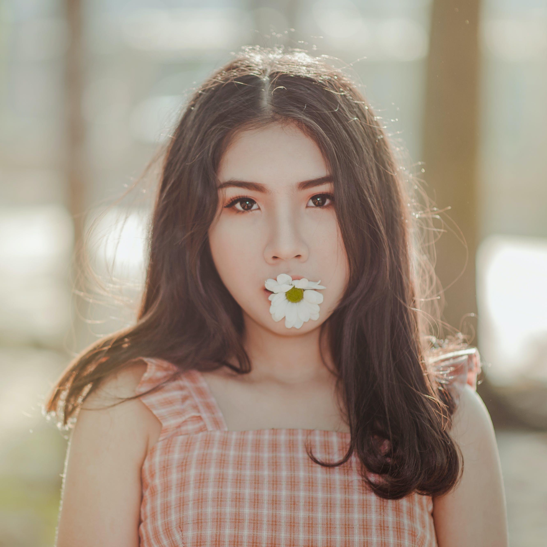 Kostnadsfri bild av attraktiv, blomma, dagsljus, flicka