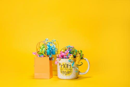 Ảnh lưu trữ miễn phí về chăm học, chúc mừng ngày của các bà mẹ, nền màu vàng