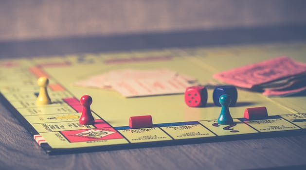 jeu de societe monopoly sur table en bois marron