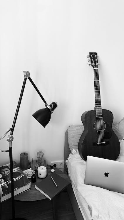 Kostenloses Stock Foto zu akustisch, bett, bettseite