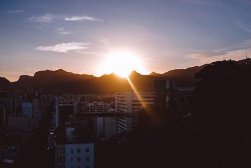 Безкоштовне стокове фото на тему «вечірнє сонце, місто, сонце»