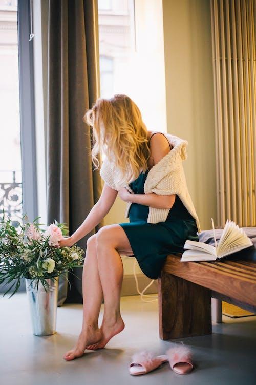 Immagine gratuita di camera, donna, femmina, fiori