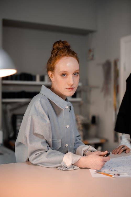 Fotos de stock gratuitas de bolígrafo, diseñador de moda, en la mesa