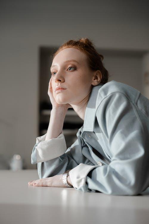 Fotos de stock gratuitas de diseñador de moda, en la mesa, fondo desenfocado