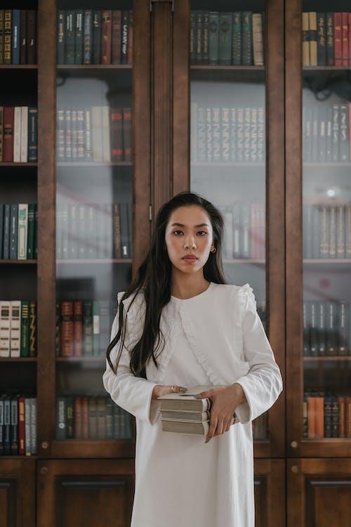 Безкоштовне стокове фото на тему «Бібліотека, біла сукня, вертикальний»