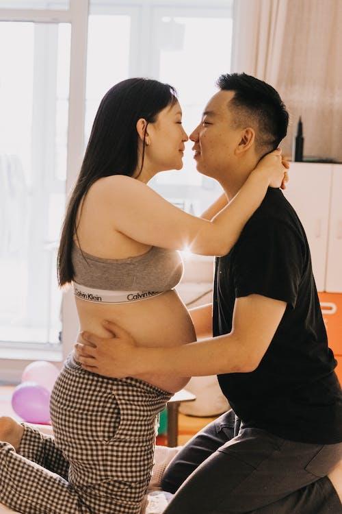 Gratis arkivbilde med amorøs, asiatisk par, avvente