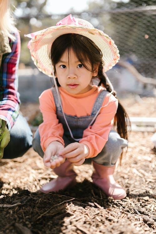 亞洲女孩, 修剪花草, 可愛 的 免费素材图片