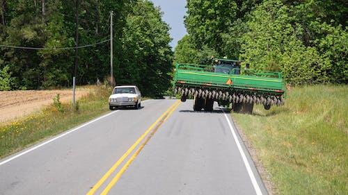 Darmowe zdjęcie z galerii z ciągnik, ciągnik na drodze, traktor