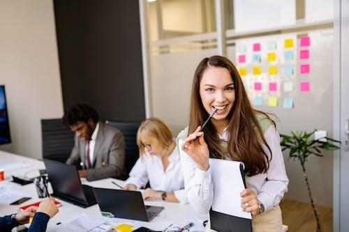 Photos gratuites de à l'intérieur, bureau, business woman