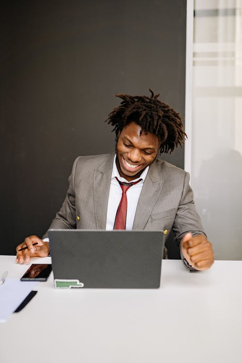 Gratis stockfoto met Afro-Amerikaanse man, computer, draagbare computer