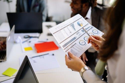Kostenloses Stock Foto zu diagramm, dokument, festhalten