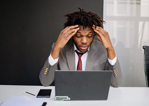 afrikalı amerikalı adam, baş ağrısı, dizüstü bilgisayar içeren Ücretsiz stok fotoğraf