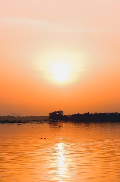 Δωρεάν στοκ φωτογραφιών με ανατολή ηλίου, ανατολή του ηλίου στη λίμνη, βουνό