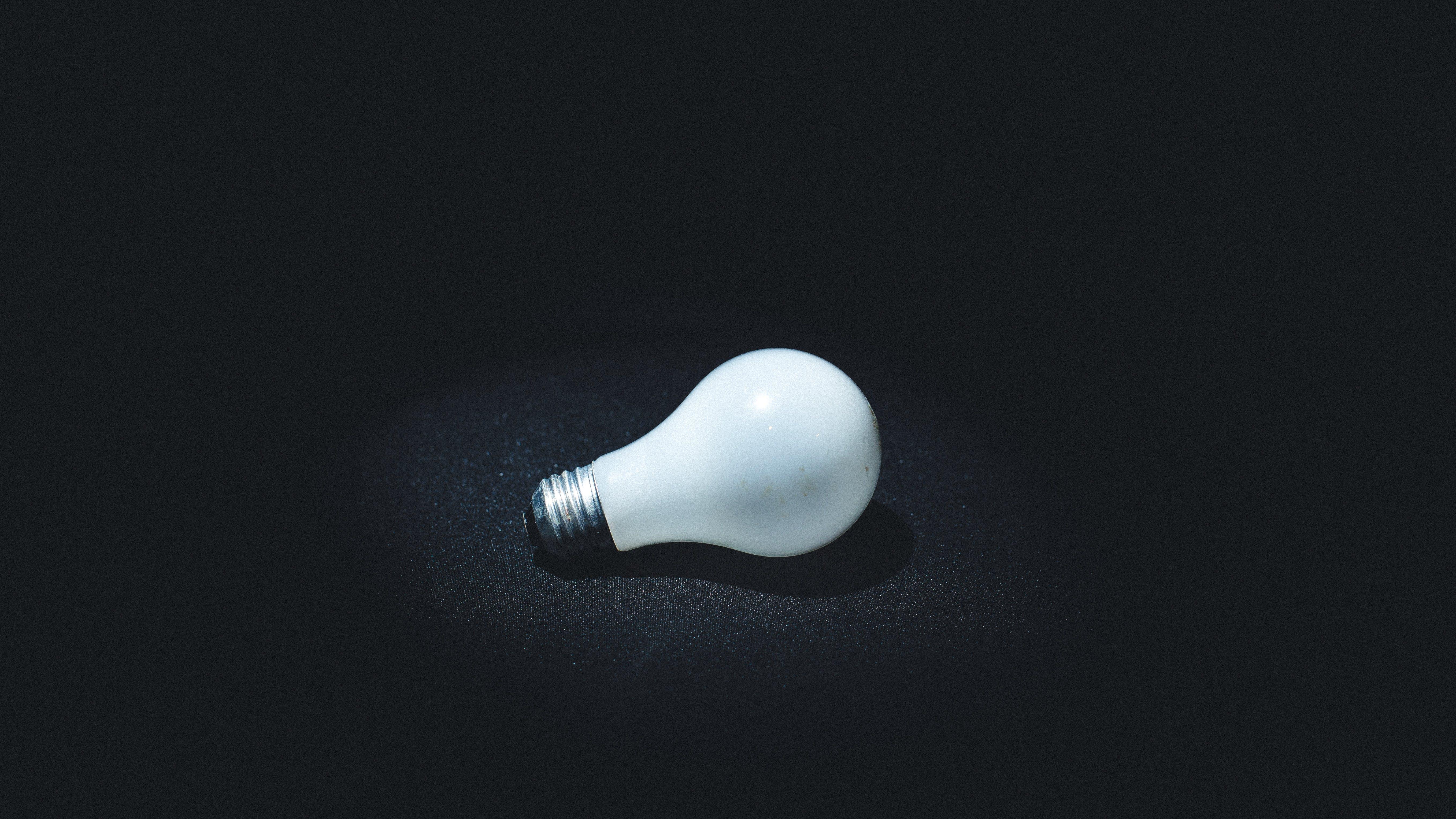 Kostenloses Stock Foto zu die glühbirne, dunkel, elektrizität, fokus