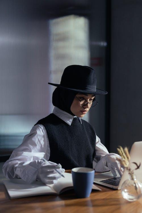 Foto d'estoc gratuïta de barret de fedora, bonic, conjunt de roba