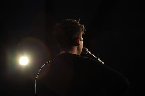 Бесплатное стоковое фото с автор песен, вспышка, выступление