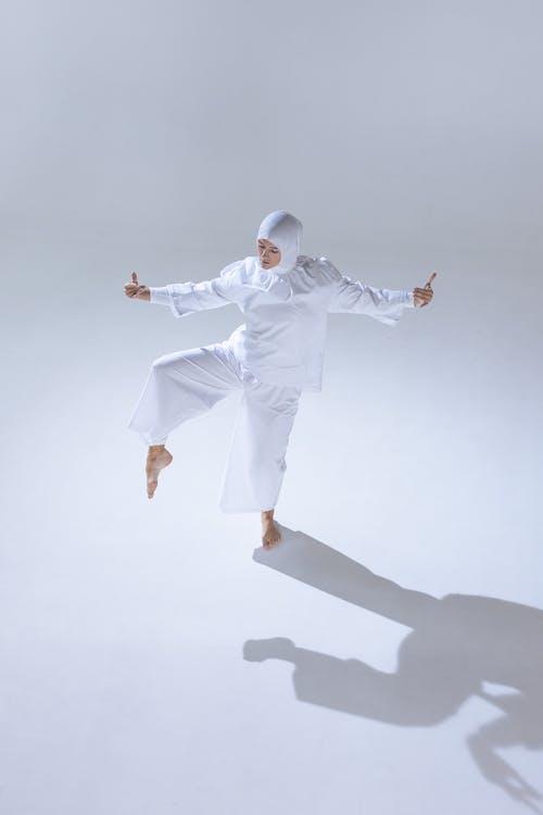 Darmowe zdjęcie z galerii z białe tło, chusta, cień