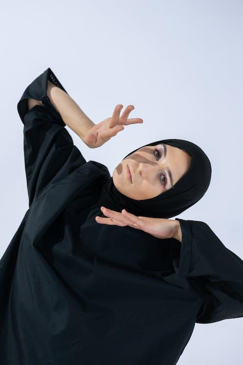 Gratis stockfoto met binnen, binnenshuis, hijab