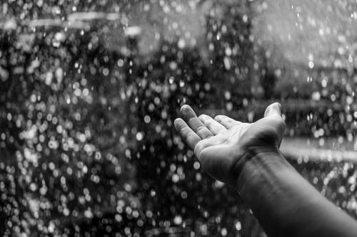 Foto profissional grátis de chovendo, mão, P&B, pessoa