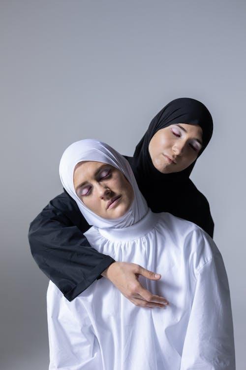 Бесплатное стоковое фото с в помещении, вуаль, головной платок