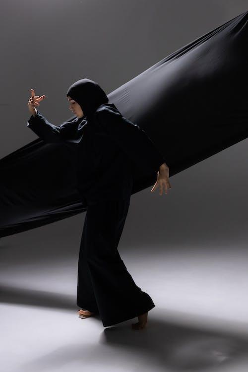 Fotos de stock gratuitas de actitud, adentro, bailando