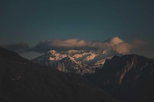 Kostnadsfri bild av bakgrundsbelyst, berg, dal