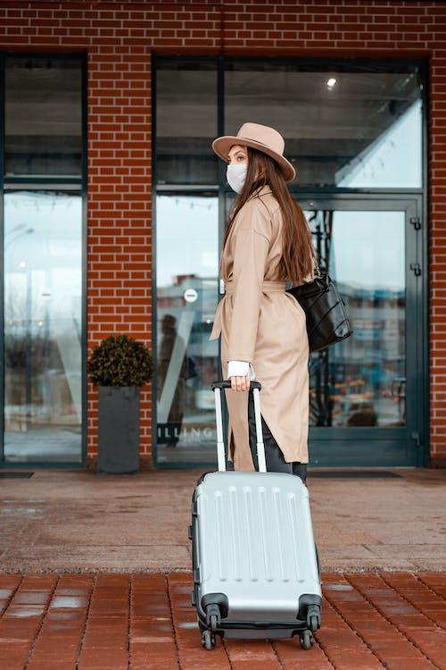 Δωρεάν στοκ φωτογραφιών με αποσκευές, βαλίτσα, γυναίκα