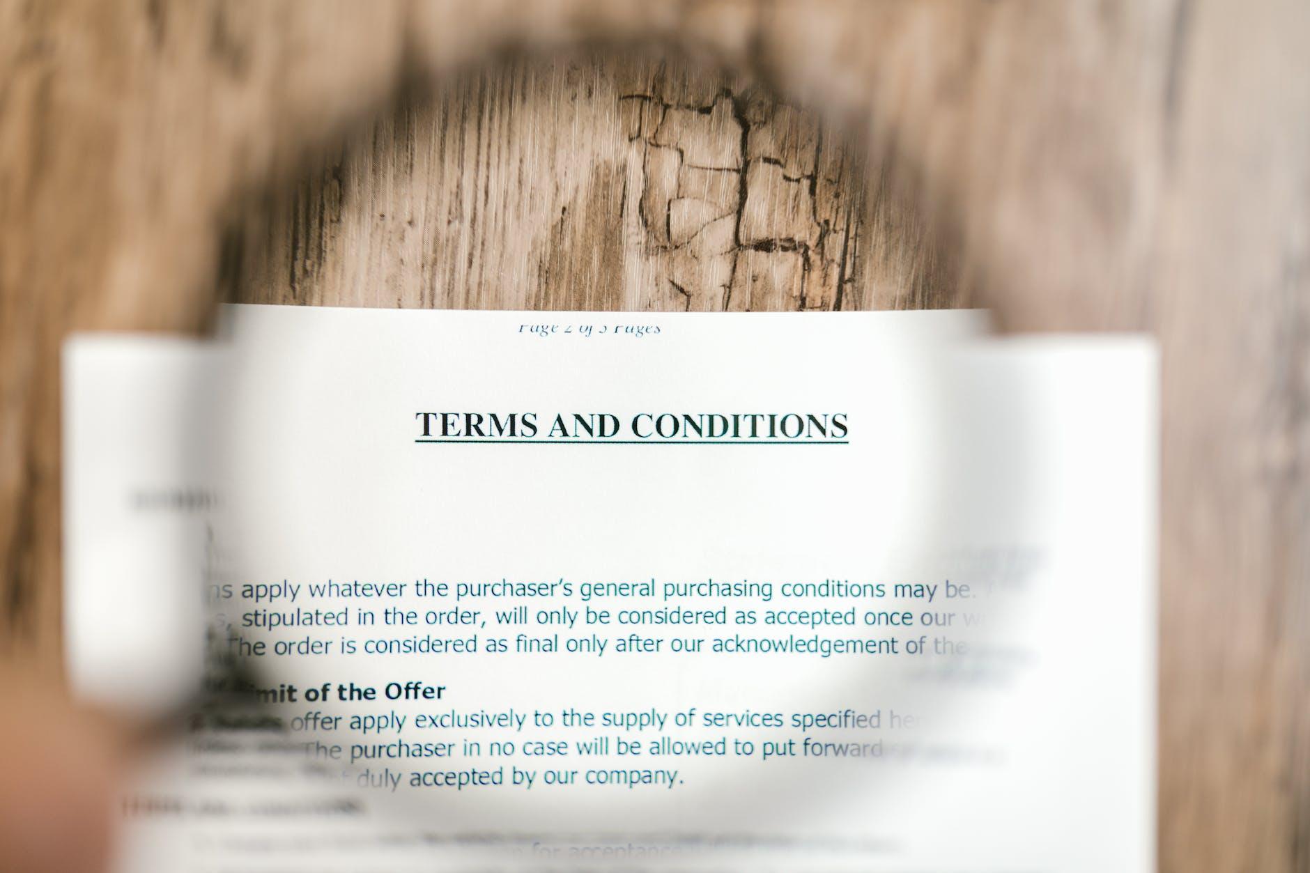 Broker asuransi mempersiapkan kontrak asuransi sesuai kebutuhan nasabah