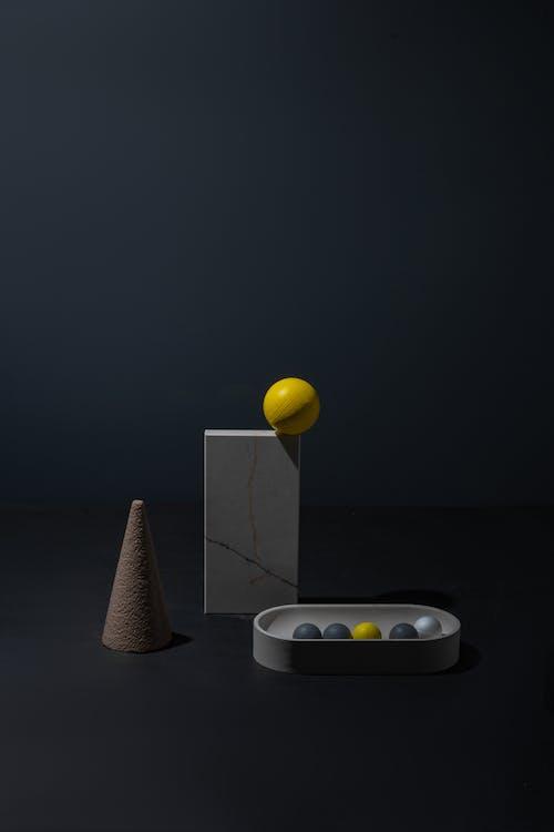 Beyaz Seramik Kase üzerinde Sarı Top