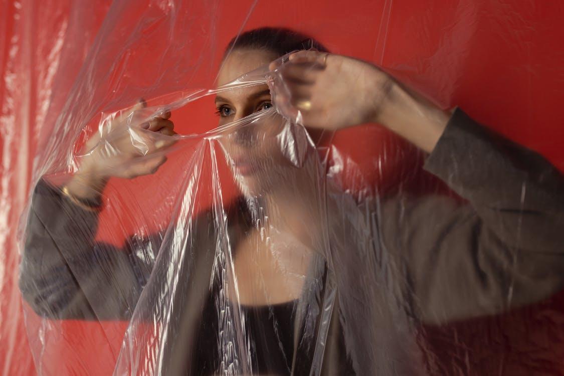 Darmowe zdjęcie z galerii z atrakcyjny, czerwona ściana, dziewczyna